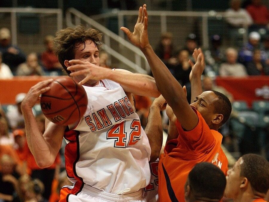 college basketball players battling for the ball