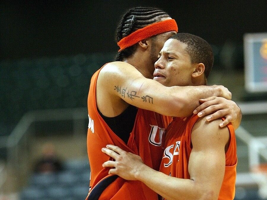 college basketball players celebrating victory